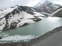 Leh拉达克高速公路场面的冻Suraj湖 免版税库存照片