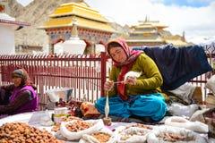 Leh,印度- 2016年4月13日:传统服装的未认出的Ladakhi乡下人在他们的村庄,每日生活方式 库存照片