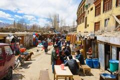 Leh,印度- 2016年4月13日:市场在Leh市,拉达克,克什米尔,印度的区,有喜马拉雅山山背景  免版税库存照片