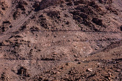 从Leh,拉达克汽车惊人的山蛇纹石路的看法  免版税库存图片