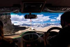 从Leh,拉达克汽车惊人的山蛇纹石路的看法  免版税库存照片