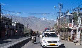 LEH, ÍNDIA: Abril de 2016 - tráfego na estrada em Leh Ladahk no ar de Leh Fotografia de Stock