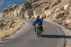 Leh, Индия - 12,2014 -го июль: Катание велосипедиста на дороге Стоковая Фотография