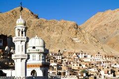 Leh capitalen av Ladakh, Indien, med moskén Arkivfoto