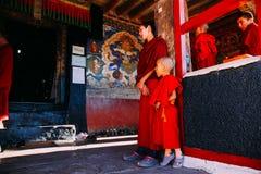 LEH-INDIA, 2016年8月31日:西藏和尚为歌颂做准备在Thikse修道院里 免版税图库摄影