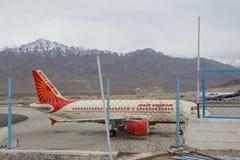 Leh, India - April 11, 2016: Air India bij de Luchthaven van Kushok Bakula Rimpochhe op 11 April, 2016 Stock Fotografie