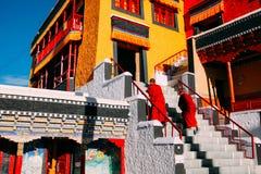 LEH-INDIA 31 AUGUSTI 2016: Tibetana buddistiska munkar som är förberedda för att skandera i den Thikse kloster Arkivbild