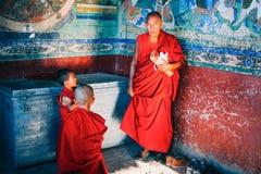 LEH-INDIA, EL 31 DE AGOSTO DE 2016: Los monjes budistas tibetanos se prepararon para cantar en el monasterio de Thikse Fotografía de archivo libre de regalías