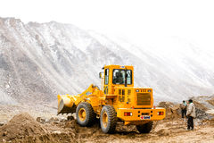 LEH-INDIA, O 2 DE SETEMBRO DE 2016: Areia ploughing e pedras do veículo grande da maquinaria pesada para mover o trajeto na monta Fotografia de Stock