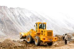 LEH-INDIA, 2 SEPTEMBER 2016: Het grote zware ploegende zand en de stenen van het machinesvoertuig om weg in sneeuwberg te bewegen Stock Fotografie