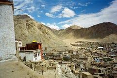 Leh, la capitale de Ladakh vue du hilll avec le gompa de Leh dedans Image stock