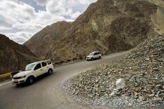 Leh Ladakh, India - 2017 10 April: Het niet geïdentificeerde Auto drijven Roa royalty-vrije stock foto