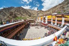 Leh Ladakh, Indien - Juli 7,2014: Många personer går till den Hemis festivalen Royaltyfria Foton