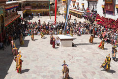 Leh Ladakh, Indien - Juli 7,2014: Många personer går till den Hemis festivalen Royaltyfri Foto