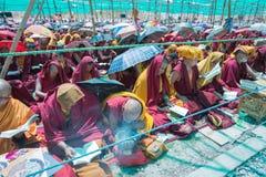 Leh Ladakh, la India - julio 8,2014: Lama (monje) que asiste a su Holi foto de archivo libre de regalías
