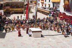 Leh Ladakh, la India - julio 7,2014: Mucha gente va al festival de Hemis foto de archivo