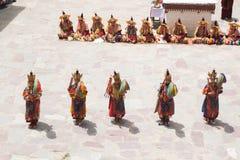 Leh Ladakh, la India - julio 7,2014: Mucha gente va al festival de Hemis fotografía de archivo