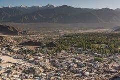 Leh stad och härligt berg, Leh Ladakh, Indien royaltyfria foton