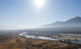 Lehlandschap met lange rivier Stock Fotografie