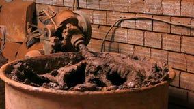 Lehm, der Mischmaschine bildet stock footage