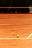 Lehm-Tennis-Gericht mit Kugel Stockfotos
