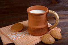 Lehmbecher mit Milch Stockfoto