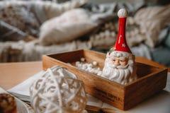 Lehmglocke Santa Claus auf einem Behälter lizenzfreie stockfotografie