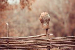 Lehmkrug auf einem Weidenzaun Stockfoto
