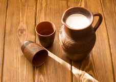 Lehmkrug mit Milch Stockfotos