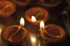 Lehmlampe, die für Diwali brennt stockfotografie
