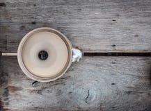 Lehmschüssel mit Deckel auf einem Holztisch Stockfoto