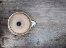 Lehmschüssel mit Deckel auf einem Holztisch Lizenzfreie Stockfotografie