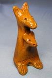 Lehmspielzeugkänguruh mit einem Schätzchen in einer Tasche Stockbilder