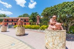 Lehmstatuen im Hauptpark von Raquira Kolumbien stockfotos