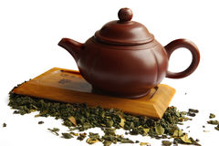 Lehmteekanne für den chinesischen Tee auf dem hölzernen Schreibtisch Stockfoto