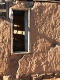 Lehmziegelmauer und Fenster Lizenzfreies Stockbild