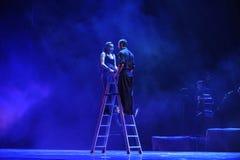 Lehnen über der Wand und in Richtung zur Straße geneigt - Tango-Tanz-Drama stockbild
