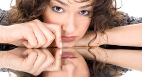 Lehnen auf einem Spiegel Stockbild