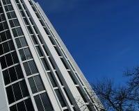 Lehnender Büro-Kontrollturm Stockfotos