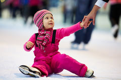 Lehnender Eislauf des Kindes Lizenzfreies Stockbild