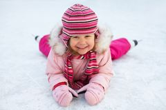 Lehnender Eislauf des Kindes Stockfoto