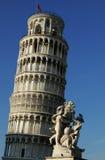 Lehnender Kontrollturm mit Statue lizenzfreies stockfoto