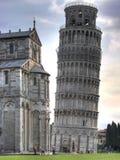 Lehnender Kontrollturm und Duomo hdr stockbild