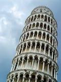 Lehnender Kontrollturm von Pisa über Himmel Lizenzfreie Stockfotografie