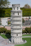 Lehnender Kontrollturm von Pisa in Miniitalien parken Lizenzfreie Stockbilder