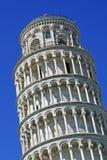 Lehnender Kontrollturm von Pisa mit dem blauen Himmel Lizenzfreie Stockfotografie