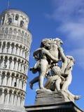 Lehnender Kontrollturm von Pisa und von Statue Stockfoto