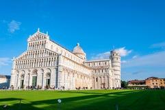 Lehnender Turm und die Kathedrale eingeweiht Santa Maria Assunta, in Marktplatz dei Miracoli in Pisa lizenzfreies stockbild