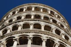 Lehnender Turm von Pisa in Italien mit bewölktem Hintergrund Lizenzfreie Stockfotografie