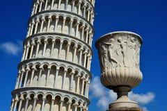 Lehnender Turm von Pisa und von römischem Vase lizenzfreie stockfotos